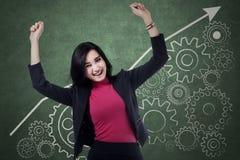 Den gladlynta affärskvinnan firar hennes framgång Arkivbild