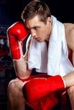 Den gladlynta boxningmästaren erfar hans nederlag Royaltyfri Fotografi