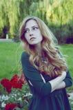 Den gladlynta caucasian kvinnan med gröna ögon och gräsplan klär att se Fotografering för Bildbyråer