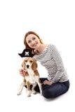 Den gladlynta flickan spelar med hennes hund Royaltyfria Foton