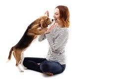 Den gladlynta flickan tycker om tid med hunden royaltyfri bild