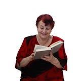 Den gladlynta höga kvinnan läser boken arkivfoto