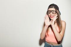 Den gladlynta hipsterflickan uttrycker hennes överraskning Arkivfoton