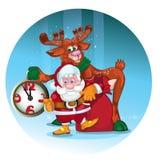 Den gladlynta jultomten med hjortarna ger gåvor Arkivbild