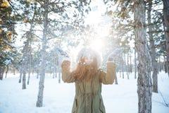 Den gladlynta lyckliga kvinnan som har gyckel med insnöad vinter, parkerar Royaltyfri Fotografi