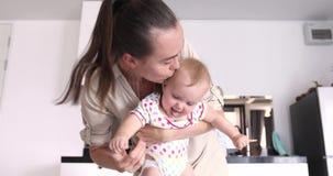 Den gladlynta modern med roligt behandla som ett barn i kök lager videofilmer