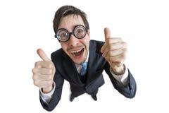 Den gladlynta och lyckliga mannen visar att tummar gör en gest upp bakgrund isolerad white Arkivfoto