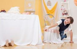 Den gladlynta pojken grundar hans syster i kurragömma Royaltyfri Foto