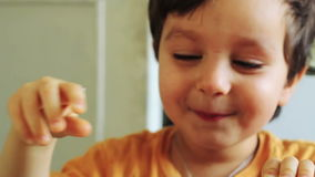 Den gladlynta pojken har gyckel lager videofilmer