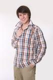 Den gladlynta toothy unga mannen i kontrollerad skjorta och ilar tillfälliga kläder Royaltyfria Bilder