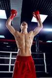 Den gladlynta unga boxaren firar hans triumf Arkivfoto