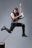 Den gladlynta unga gitarristen gör utmärkt Arkivfoto