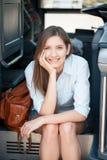 Den gladlynta unga kvinnan är klar för hennes resa royaltyfria bilder