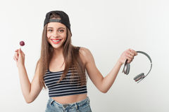 Den gladlynta unga kvinnan gör gyckel med godisen Arkivfoton