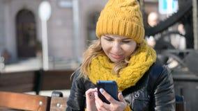 Den gladlynta unga kvinnan i moderiktiga anblickar som talar på mobiltelefonen, Caucasian kvinnlig stanna till cell- hd, lagerf lager videofilmer