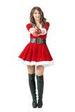 Den gladlynta vänliga Santa Claus flickan som ger den runda sfären, formade stearinljuset på kameran Arkivbilder