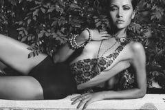 Den glamorösa ladyen snör åt in body Arkivbilder