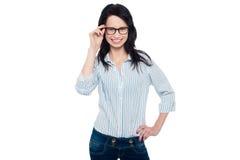 Den glasögonprydda unga kvinnan i moderiktigt ha på sig Royaltyfria Foton