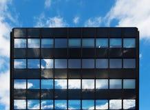 Den Glass arkitektur och reflexionen av himmelund fördunklar Royaltyfri Fotografi