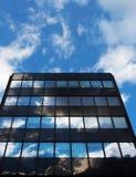 Den Glass arkitektur och reflexionen av himmelunden fördunklar Royaltyfria Bilder