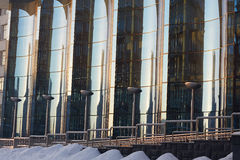 Den glass fasaden av krökt blått exponeringsglas Royaltyfria Foton