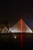 Den glass pyramiden av Louvre fotografering för bildbyråer