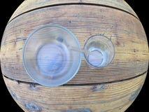 Den Glass soppabunken med den glass dricka koppen och exponeringsglas, böjde att dricka sugrör, i rundan Arkivbilder