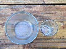 Den Glass soppabunken med den glass dricka koppen och exponeringsglas, böjde att dricka sugrör, i rundan Royaltyfri Foto