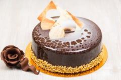 Den glasyrkakan och chokladen steg på tabellen Arkivfoto