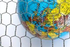 Den globala översikten bak ett trådstaket Arkivbild