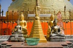 Den Glod chedien av den Wat Phra That Cho Hae templet för folk besöker och fotografering för bildbyråer