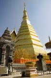 Den Glod chedien av den Wat Phra That Cho Hae templet för folk besöker och ber arkivbilder
