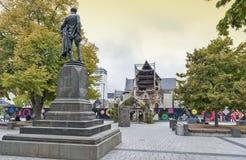 Den Godley statyn som framme placeras av den Christchurch domkyrkan på domkyrkafyrkanten som en åminnelse till John Robert Godley fotografering för bildbyråer