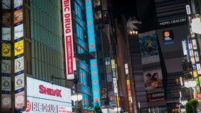 Den Godzilla föreningspunkten är ett berömt ställe i Shinjuku Tokyo med den underhållning-, stång- och restaurangzonen, Tokyo, Ja arkivfoton