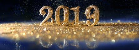 2019 in den Goldzahlen, die das neue Jahr feiern lizenzfreie stockfotos