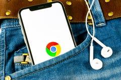 Den Google Chrome applikationsymbolen på närbild för skärm för Apple iPhone X i jeans stoppa i fickan Google Chrome app symbol Go arkivbilder