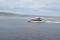 Den Gordon floden kryssar omkring Strahan, Tasmanien Royaltyfria Bilder