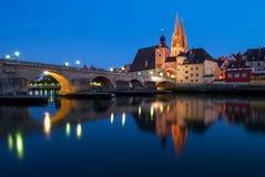 Den gotiska domkyrkan av St Peter och stenbron i Regensburg, Tyskland Fotografering för Bildbyråer