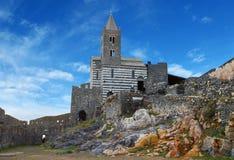 Den gotiska kyrkan av St Peter på en höjdpunkt vaggar i Porto Venere, Italien Arkivbild