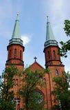 Den gotiska kyrkan står hög i Pruszkow Royaltyfri Foto