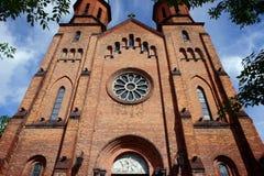 Den gotiska kyrkan står hög i Pruszkow Royaltyfria Foton