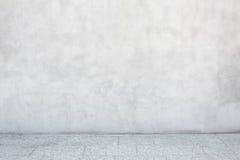 Den gråa cementväggen med den tomma stenen belade med tegel golvet Royaltyfri Bild