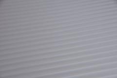 Den gråa diagonalen fodrar med motsatta riktningar Royaltyfria Foton