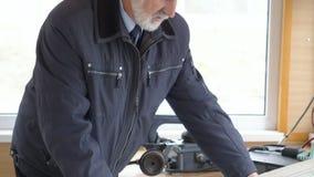 Den gråa haired kaptenen av skeppplanläggningen sänder på flod- eller havsöversikt i rum lager videofilmer
