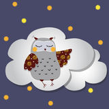 Den gråa ugglan sover på molnen Arkivbild