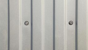 Den gråa väggen av metallprofilen arkivbilder