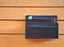 den gröna brevlådamitten betar trä Arkivfoton