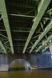 Den gröna bron på den Vltava floden som underifrån ses Arkivbild