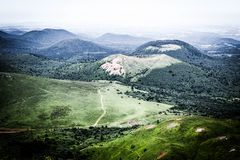 Den gröna Chaîne desen Puys, gamla vulkan från Auvergne royaltyfri bild