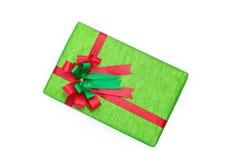 Den gröna gåvaasken med röda och gröna band bugar arkivfoto